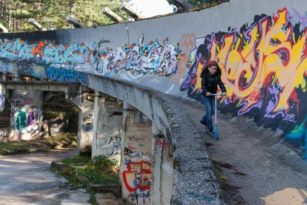 Bobová dráha nedaleko Sarajeva je jedním z nejznámějších příkladů utopených nákladů na pořádání olympijských her. Nutno však dodat, že na osudu sarajevských sportovišť se notně podepsala občanská válka v devadesátých letech.