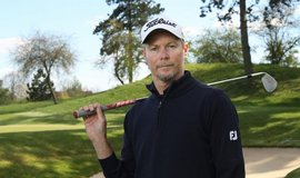 Angličan David Carter trénuje golf v České republice
