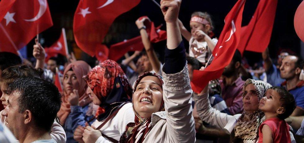Příznivci tureckého prezidenta Erdogana na protestní akci proti pučistům (Zdroj: čtk)