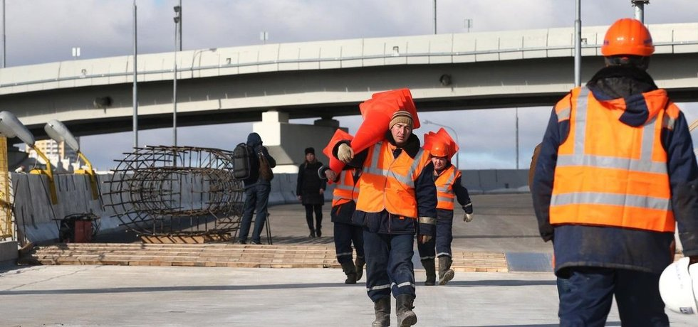 Výstavba dálnice mezi Moskvou a Petrohradem.