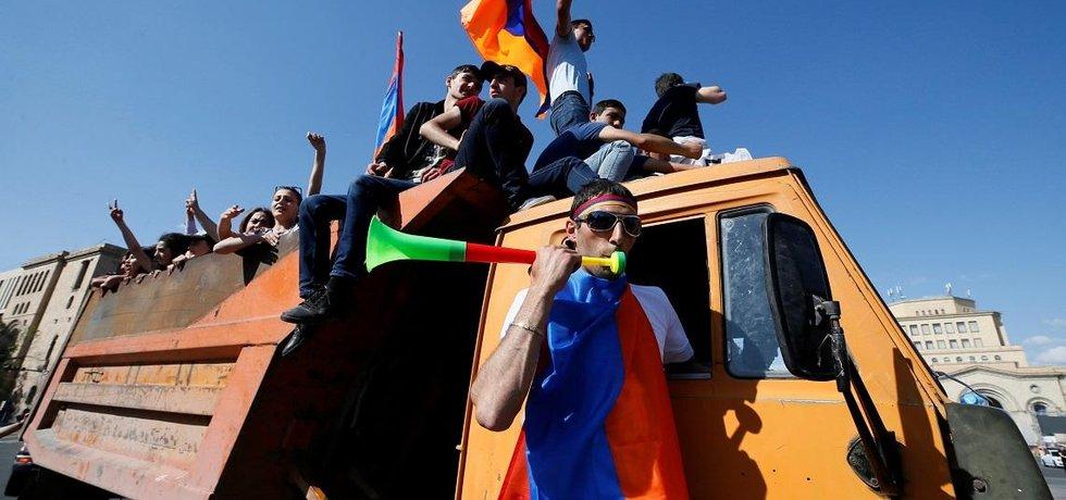Barevná revoluce. Proti současnému prezidentovi Serži Sargsjanovi demonstrovalo v centru Jerevanu sto padesát tisíc lidí.