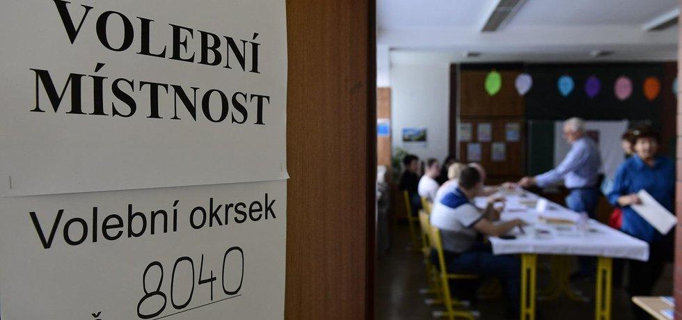 Lidé si mohou vybrat budoucí europoslance z rekordní nabídky 39 stran, hnutí nebo jejich koalic, které nominovaly přes 840 kandidátů.