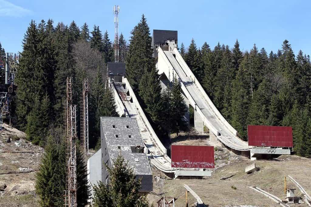 Také areál pro skoky na lyžích v Sarajevu chátrá. O rekonstrukci za pomoci zahraničních investorů se zatím jen mluví.