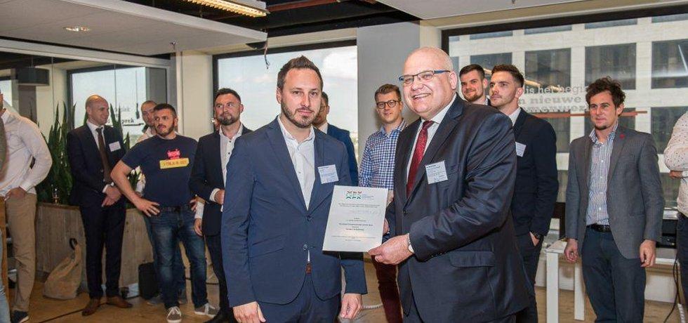 H.E. Roman Bužek s celkovým vítězem, startupem ThreatMark a jeho CEO, Michalem Trešnerem