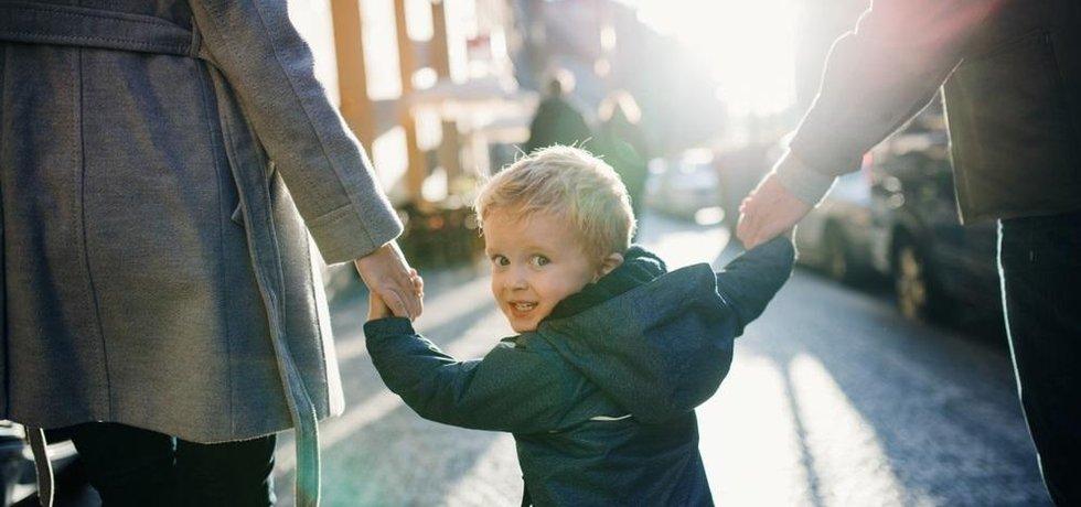 Někteří aktivisté nechtějí biologické děti kvůli emisím, které by produkovaly.