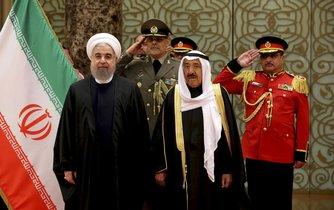 Íránský prezident Hassan Rouhani (vlevo) spolu s kuvajtským emírem Sheikhem Sabah Al Ahmed Al Sabah