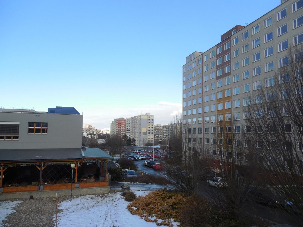 OC Lužiny. Trpasličí prostor pro stavbu domů Beta. Bydlící se budou moci bavit s protilehlými sousedy přímo z okna.