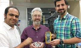 Protonová baterie a vědci týmu profesora Johna Andrewse (uprostřed) univerzity RMIT Melbourne.