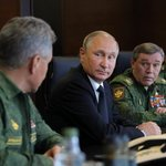 Ruský prezident Vladimir Putin mezi generály