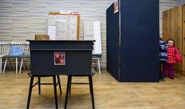 Obyvatelé o krajské a senátní volby zatím nijak valný zájem neprojevili. V prvních zhruba dvou hodinách voleb přišla k urnám většinou asi desetina voličů.