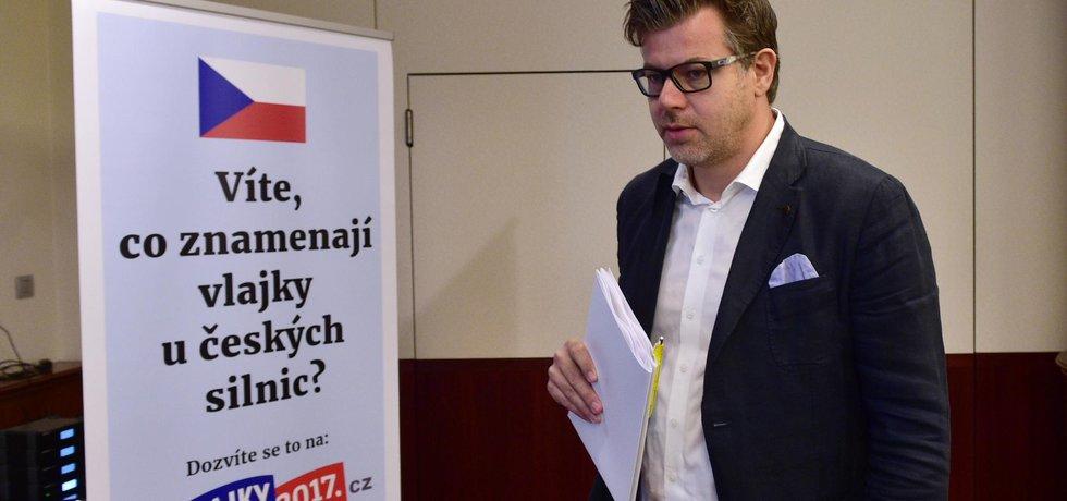 Prezident Svazu provozovatelů venkovní reklamy Marek Pavlas přichází na tiskovou konferenci svazu