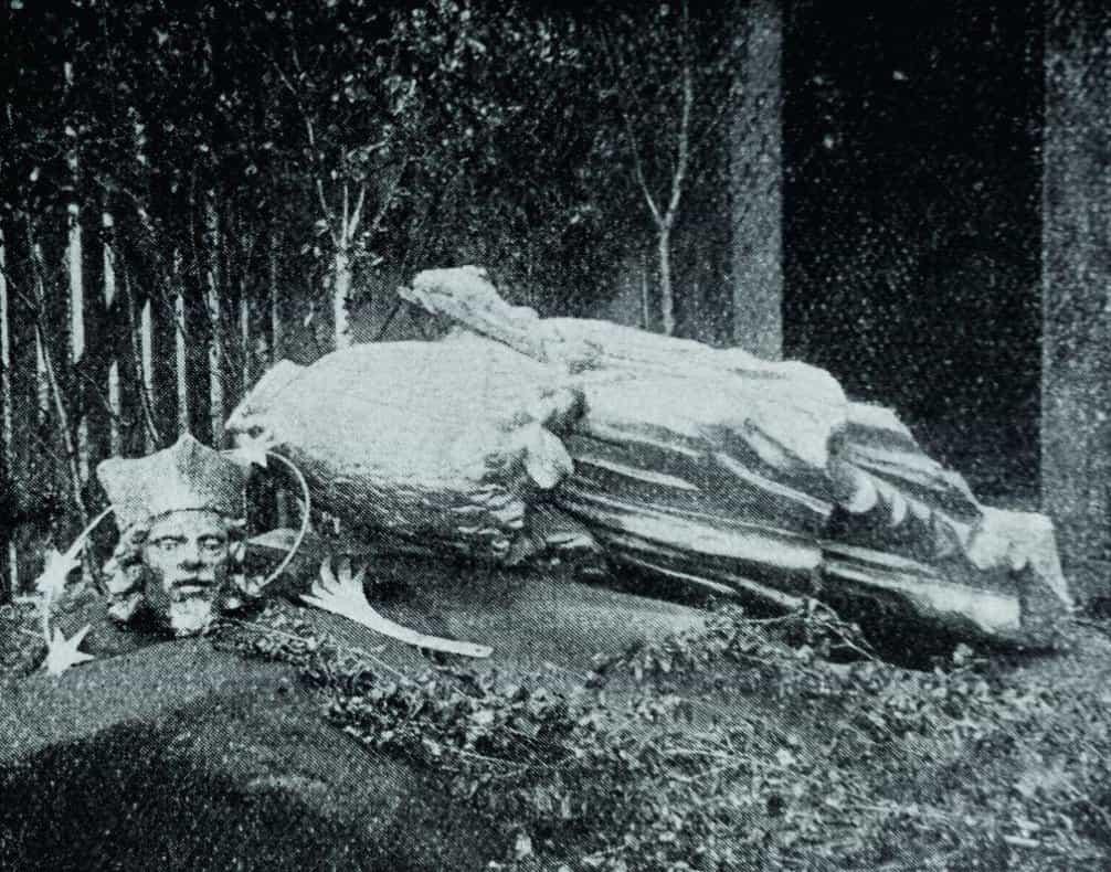 Boží prst. Při pokusu sundat ze sloupu sedmimetrákovou sochu Jana Nepomuckého v Dobrovicích se zbortilo lešení a zahynuli dva lidé. Dělník a devítiletý chlapec