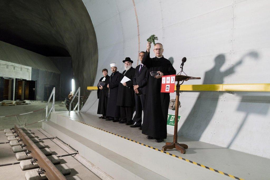Otevření Gotthardského tunelu za přítomnosti náboženských představitelů
