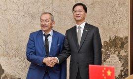 Předseda Senátu Jaroslav Kubera (vlevo) a čínský velvyslanec Čang Ťien-min