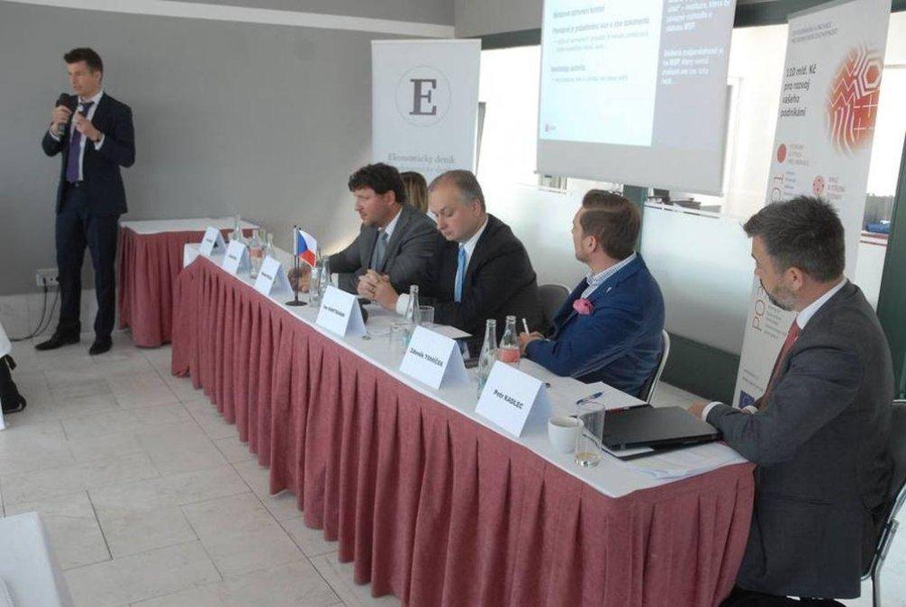 Panelisté konference hovoří Jan Hanuš z České bankovní asociace