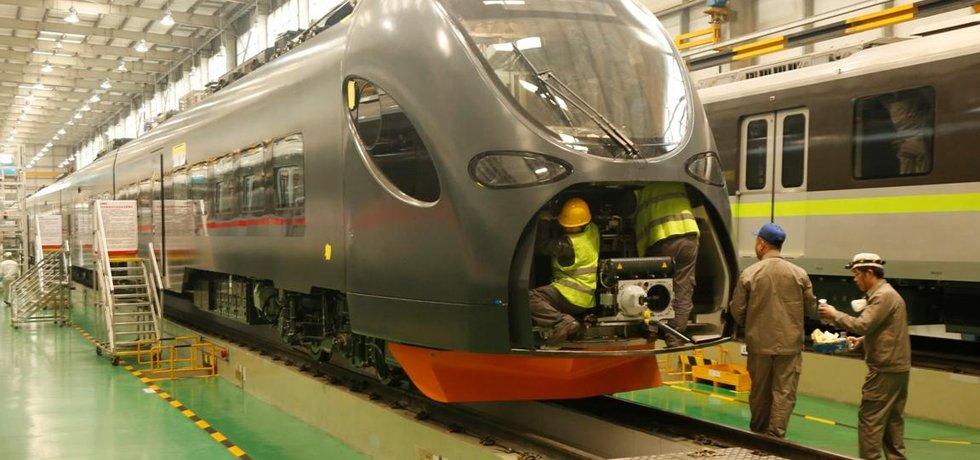 Soukromý dopravce Leo Express v polovině roku přiveze z Číny tři nové vlaky od největšího vlakového výrobce na světě CRRC. Vlaky za celkem pět miliard korun budou mít uspořádání a vzhled, které vytvořil samotný dopravce. Dopravce chce vlaky využívat na českých i mezinárodních tratích, vyjet by měly v roce 2020.
