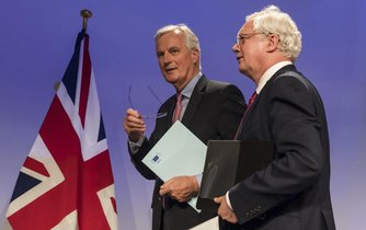 Vyjednavači o vystoupení Británie z Evropské unie Michael Barnier a David Davis