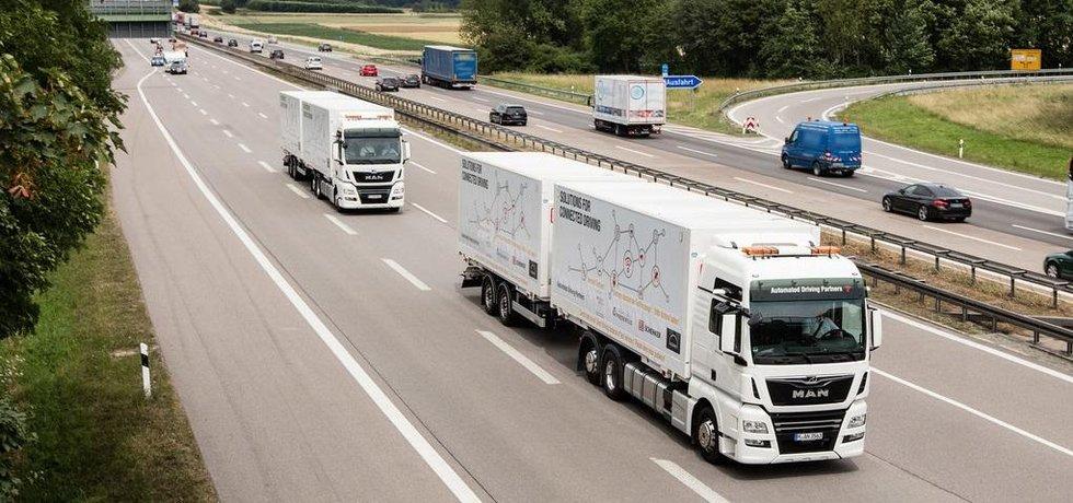 Kamiony MAN sdružené do autonomní kolony na německé dálnici.