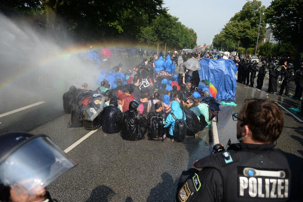 Demonstranti se snažili blokovat ulice a křižovatky, aby narušili průběh summitu