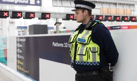 Britský policista hlídkuje v metru po útoku v londýnském Parsons Green