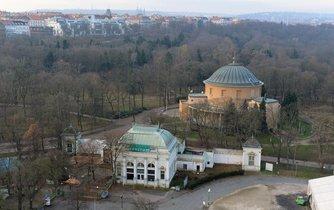 Pohled z věže Průmyslového paláce na Stromovku, Planetárium (oranžová budova) a Restauraci Bohemia (vpředu)