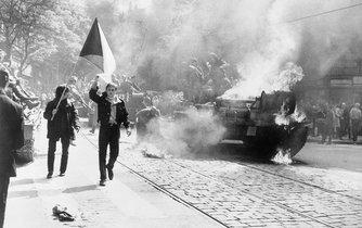 Hořící invazní tank v roce 1968