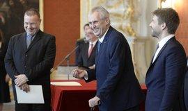 Prezident Miloš Zeman na Pražském hradě 25 nových soudců. Vpravo ministr spravedlnosti v demisi Robert Pelikán.