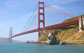 Golden Gate Bridge má rozpětí pilířů 1 280 metrů a jeho celková délka činí 2 737 metrů. Jeho dvě nosná lana mají každé průměr 92 centimetrů.