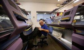 Se stroji přišel zlom. Pertlovi zaměstnávali až 50 pletařek a šiček. S počtem spolupracovnic klesala kvalita. Rozhodli se proto investovat do průmyslového stroje.