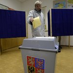 Krajské a senátní volby začaly. Na snímku volební urna v Praze 6 na Gymnáziu Nad Alejí.