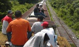 Nelegální migranti ze střední Ameriky na cestě do USA na střeše nákladního vlaku.