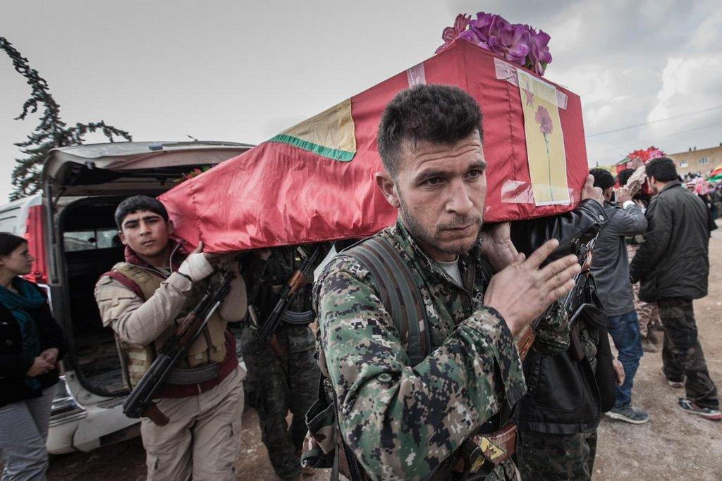Z auta vykládají příslušníci jednotek SDF (Syrian Democratic Forces – jejich většinu tvoří kurdské jednotky YPG/J) těla svých padlých spolubojovníků.