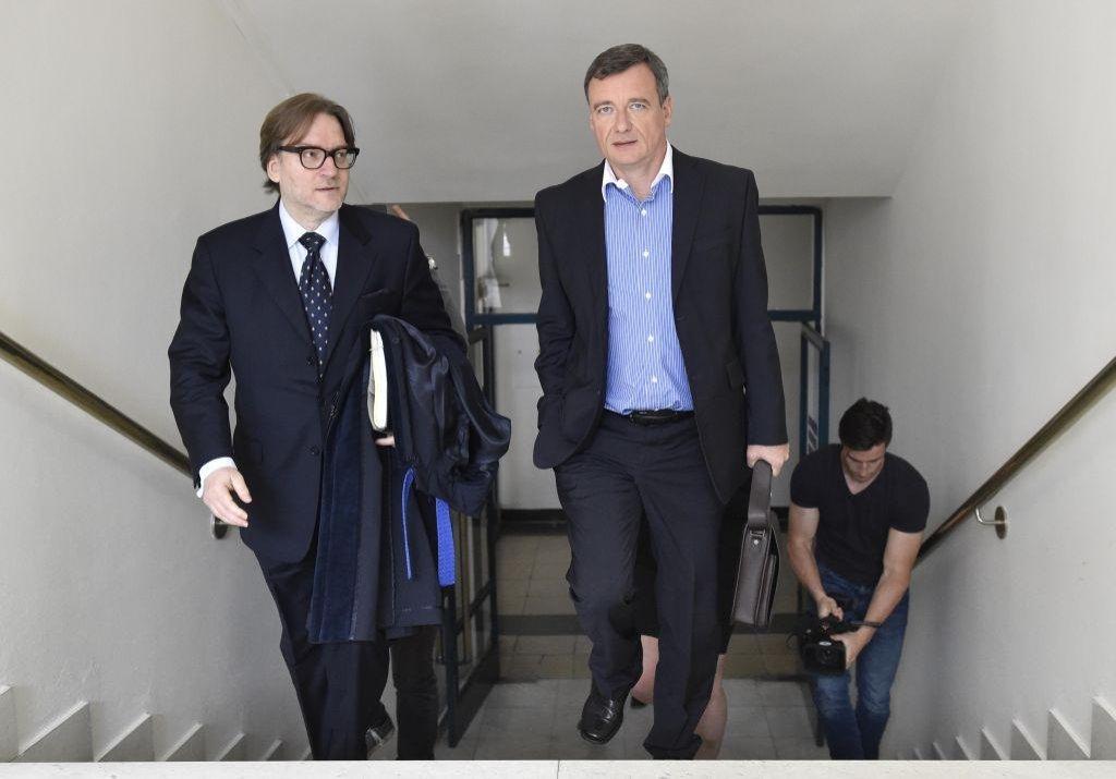Bývalý středočeský hejtman David Rath (vpravo) přichází se svým advokátem Romanem Jelínkem 7. června k Nejvyššímu soudu v Brně