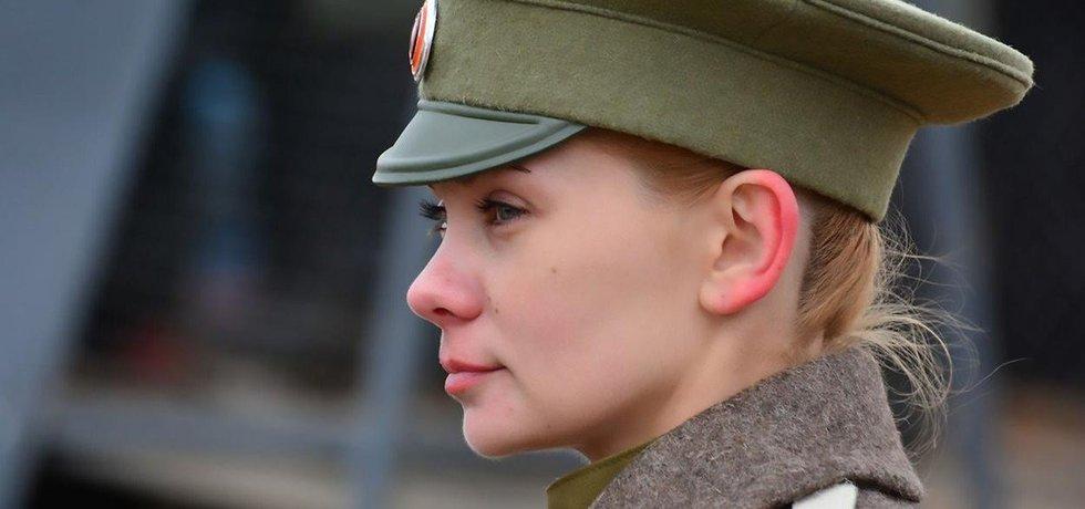 Ruská žena ve vojenské uniformě - ilustrační foto
