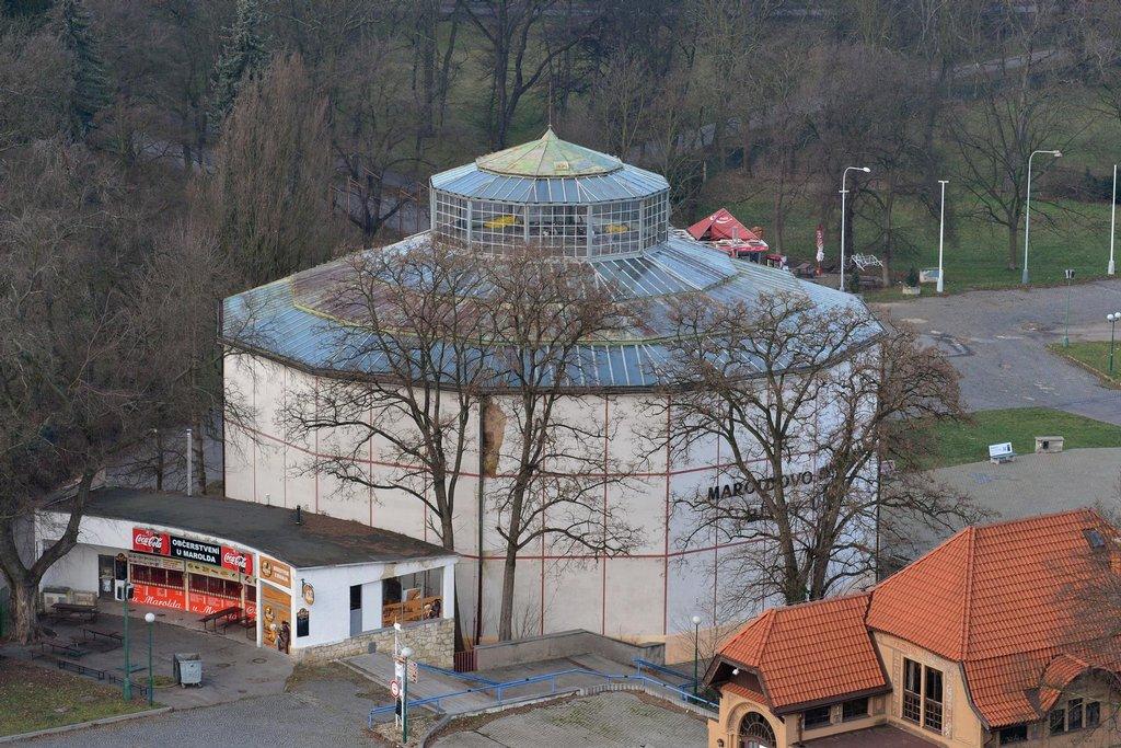 Situaci kolem Výstaviště v Praze-Bubenči, které je památkově chráněno, řeší Praha už řadu let. Areál je v katastrofálním stavu