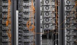 Špičková zařízení produkují obrovské množství dat, které si žádajívelkou konektivitu. Chodby pracovišť jsou proto lemovány počítači a servery.