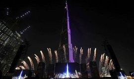 Ohňostroj u dubajského mrakodrapu Burdž Chalífa, který je nejvyšší na světě, na slavnosti na oslavu světové výstavy EXPO 2020, jejíž brány se otevřou přesně za rok