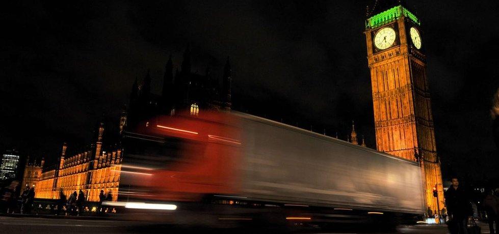 Kamion projíždějící před Big Benem a Westminsterským palácem
