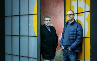 Muži s bitcoinem. Ondřej Klofáč (vlevo) a Pavel Pulkráb se postili do zprostředkování obchodu s virtuálními měnami. Zabývají se zhruba dvacítkou z nich s největší kapitalizací.
