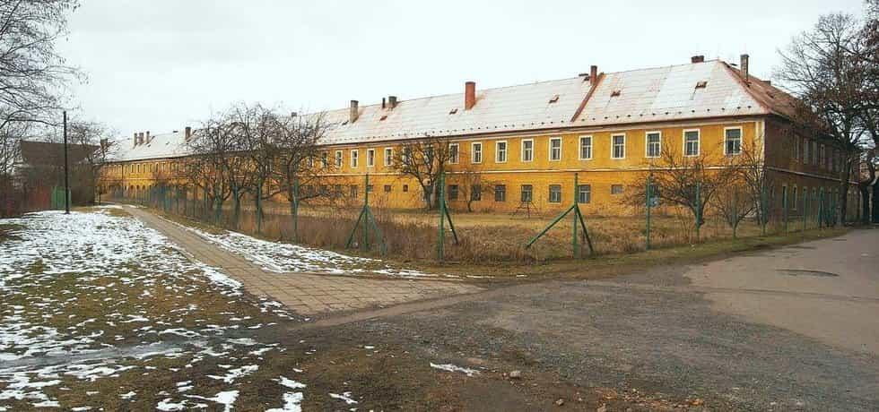 Kasárna v Postoloprtech. Budova spojená s poválečným masakrem Němců lehla v roce 2016.