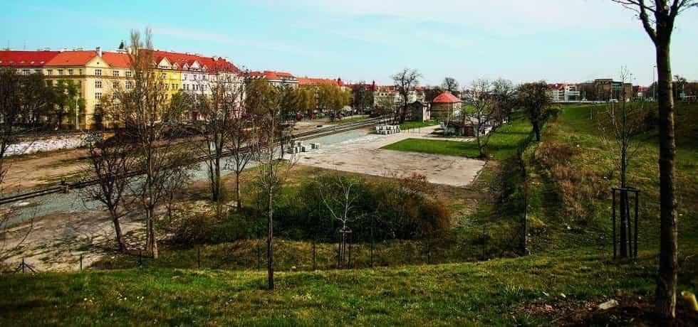Pozemek vedle Dejvického nádraží