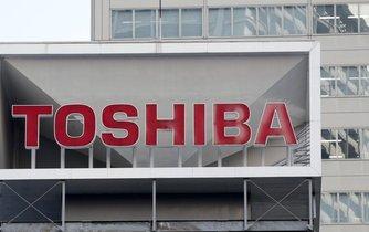 Logo společnosti Toshiba na její centrále v Tokiu