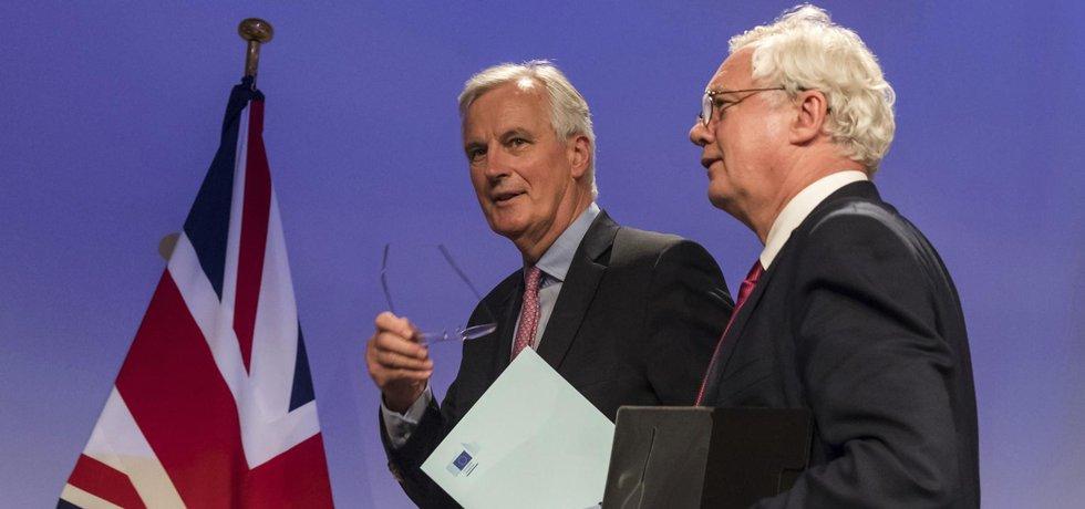 Vyjednavači o vystoupení Británie z Evropské unie Michael Barnier a David Davis se dohodli na podobě dalších jednání