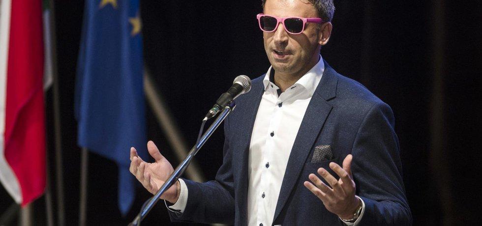 Jiří Zimola v růžových brýlích na sjezdu ČSSD