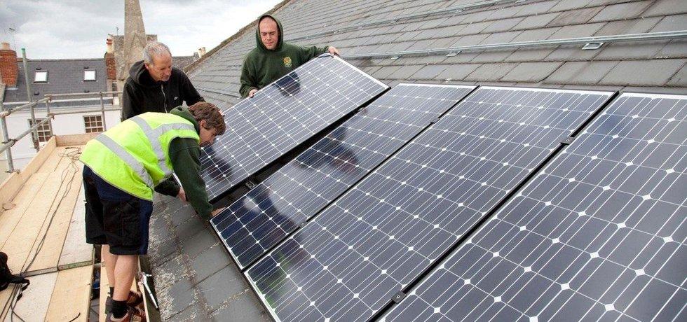 Instalace solárních panelů na střechu, ilustrační foto