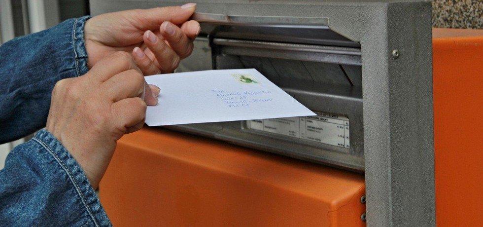 Odesílání dopisu - ilustrační foto