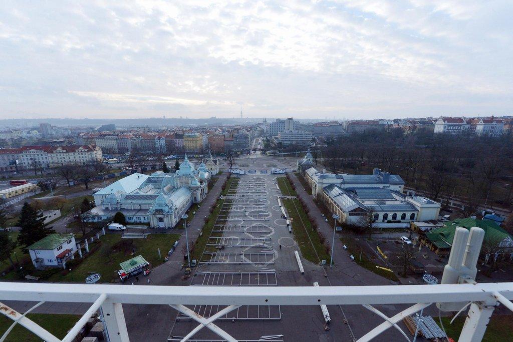 Pohled ze střechy Průmyslového paláce na vstup do areálu, vlevo je Lapidárium Národního muzea