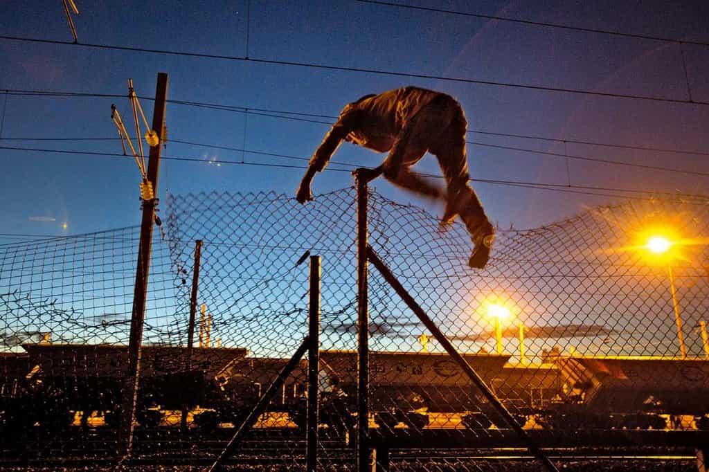 Migrant se v Calais snaží proniknout do prostoru eurotunelu