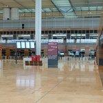 Prázdná odletová hala nového berlínského letiště