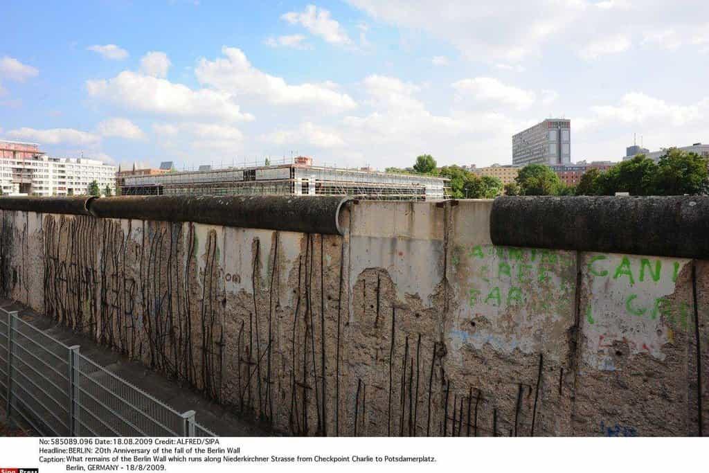 Postupně bylo zabezpečení hranice vylepšeno a v 80. letech jej tvořila čtyřmetrová betonová zeď.